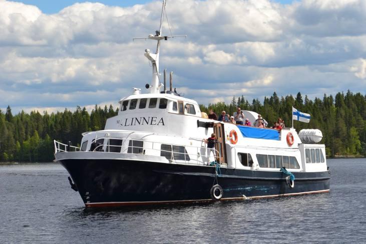 M/S Linnea saapuu lippu liehuen Häyrylänrannan satamaan.
